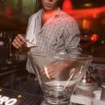 bartender som blandar drink